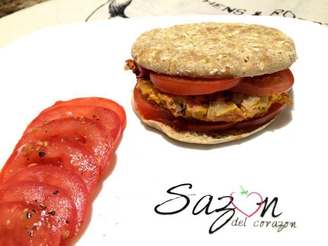 Sandwich de huevo con jamón