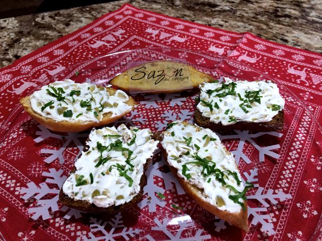 Pan con queso y aceitunas