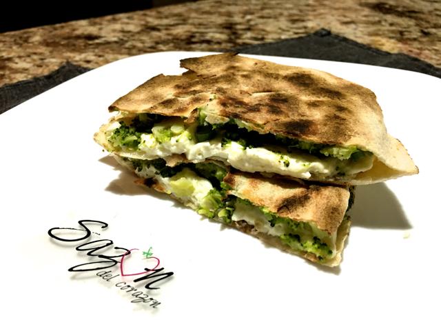 pan arabe con brocoli y queso